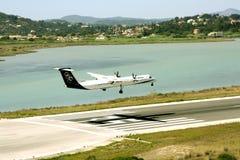 Aterrissagem de aviões de Olympic Airlines fotografia de stock