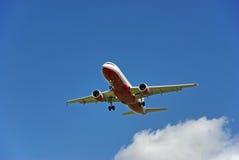 Aterrissagem de aviões do passageiro foto de stock