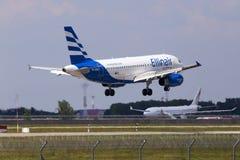 Aterrissagem de aviões de SX-EMB Ellinair Airbus A319-100 na pista de decolagem Fotos de Stock