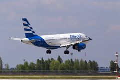 Aterrissagem de aviões de SX-EMB Ellinair Airbus A319-100 na pista de decolagem Imagem de Stock Royalty Free