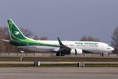 Aterrissagem de aviões de YI-AST Iraqi Airways Boeing 737-800 na pista de decolagem Imagem de Stock Royalty Free