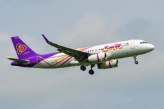 Aterrissagem de avi?o do passageiro no aeroporto de Banguecoque imagens de stock