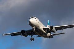 Aterrissagem de avi?o de Eurowings no aeroporto de Berlim tegel em Alemanha foto de stock