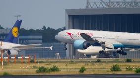 Aterrissagem de Boeing 777 do austríaco vídeos de arquivo