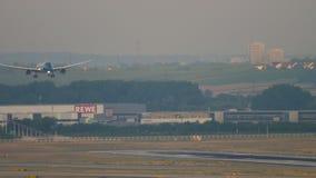 Aterrissagem de Boeing 787 Dreamliner vídeos de arquivo