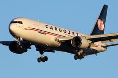 Aterrissagem de Boeing 767-328 ER C-GVIJ das vias aéreas de CargoJet no aeroporto internacional de Sheremetyevo Imagens de Stock
