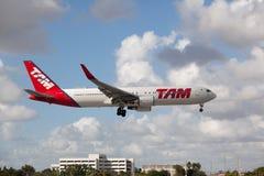 Aterrissagem de Boeing 767 TAM Brazil Airline no aeroporto internacional de Miami Imagem de Stock