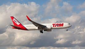 Aterrissagem de Boeing 767 TAM Brazil Airline no aeroporto internacional de Miami Fotos de Stock