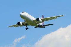 Aterrissagem de Brussels Airlines dos aviões de Airbus A319-111 (OO-SSU) no aeroporto de Pulkovo Fotografia de Stock Royalty Free
