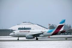 Aterrissagem de Eurowings Airbus A319-100 D-AGWB no aeroporto de Munich Imagens de Stock Royalty Free