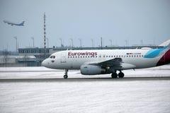Aterrissagem de Eurowings Airbus A319-100 D-AGWB no aeroporto de Munich Imagens de Stock