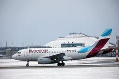 Aterrissagem de Eurowings Airbus A319-100 D-AGWB no aeroporto de Munich Imagem de Stock Royalty Free