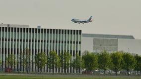 Aterrissagem de Eurowings Airbus no aeroporto de Munich, MUC, mola