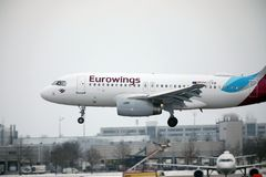 Aterrissagem de Eurowings Europa Airbus A319-100 OE-LYZ no aeroporto de Munich Imagens de Stock Royalty Free