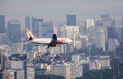 Aterrissagem de GOL Aircraft em Santos Dumont Airpot em Rio de janeiro Foto de Stock Royalty Free