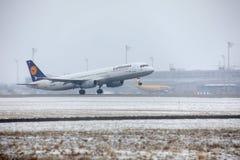 Aterrissagem de Lufthansa Airbus no aeroporto de Munich, pista de decolagem nevado Foto de Stock