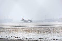 Aterrissagem de Lufthansa Airbus no aeroporto de Munich, pista de decolagem nevado Foto de Stock Royalty Free
