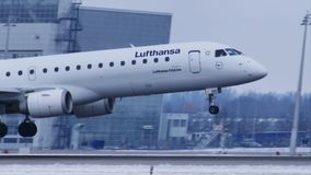 Aterrissagem de Lufthansa Cityline no aeroporto MUC de Munich filme