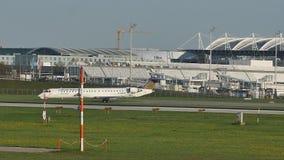 Aterrissagem de Lufthansa Regional Airbus no aeroporto de Munich, pista de decolagem nevado filme