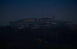Aterrissagem de noite no aeroporto de Heathrow Fotografia de Stock