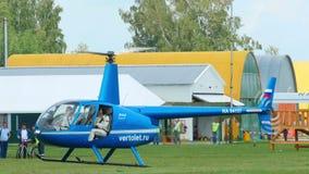 Aterrissagem de Robinson R-44 do helicóptero vídeos de arquivo