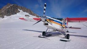 Aterrissagem de Ski Airplane na neve Foto de Stock