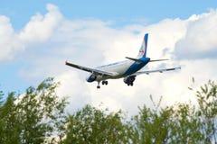 Aterrissagem de Ural Airlines das linhas aéreas de Airbus A320-214 (VQ-BDM) no aeroporto de Pulkovo Imagem de Stock