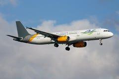 Aterrissagem do avião comercial de Airbus A321 XU-722 das linhas aéreas de Angkor do céu no aeroporto de Istambul Ataturk fotografia de stock royalty free