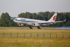 Aterrissagem do avião de passageiros Fotografia de Stock Royalty Free
