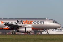 Aterrissagem do avião de passageiros de Jetstar Airways Airbus A320 em Sydney Airport Imagem de Stock Royalty Free