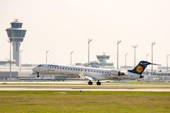 Aterrissagem do avião de passageiros no ariport de Munich Imagens de Stock Royalty Free