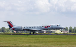 Aterrissagem do avião de passagem de Embraer 145 do lúpulo de Air France Imagem de Stock