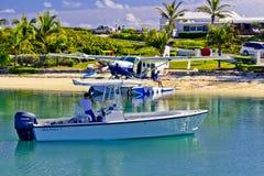 Aterrissagem do barqueiro & do plano de mar no Cay de Elbo, Abaco, Bahamas imagens de stock