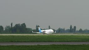 Aterrissagem do bombardeiro CRJ-200 das linhas a?reas de SCAT vídeos de arquivo