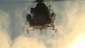 Aterrissagem do helicóptero Mi-8 em um dia de inverno ensolarado, aumentando a poeira da neve vídeos de arquivo