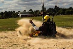 Aterrissagem do paraquedas na areia imagens de stock