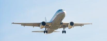 Aterrissagem do plano de Aegean Airlines imagem de stock