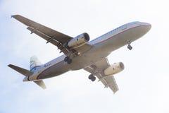 Aterrissagem do plano de Aegean Airlines imagens de stock royalty free