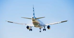 Aterrissagem do plano de Aegean Airlines fotos de stock royalty free