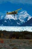Aterrissagem do plano de Alaska arbusto na tira da tabela de Picknick da geleira de Knik, Fotografia de Stock