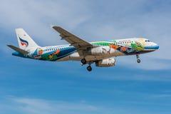 Aterrissagem do plano de Bangkok Airways no aeroporto de Phuket Foto de Stock