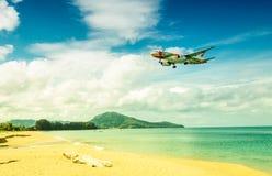 Aterrissagem do plano de Bangkok Airways no aeroporto de Phuket Fotos de Stock Royalty Free