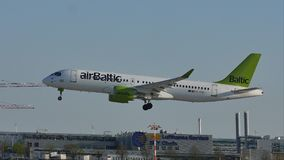 Aterrissagem do plano de jato de AirBaltic no aeroporto de Munich, MUC