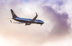 Aterrissagem do plano de Ryanair Imagens de Stock