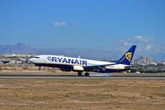 Aterrissagem do plano de Ryanair foto de stock royalty free