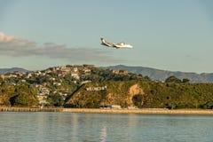 Aterrissagem do plano de Wellington Sign At Sunset With imagens de stock