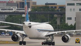 Aterrissagem do sul de Boeing 777 da carga de China video estoque
