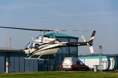 Aterrissagem dois-laminada do helicóptero de Bell 206 B JetRanger III imagem de stock