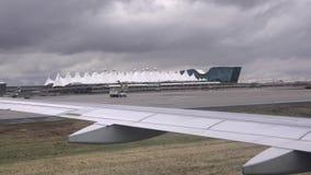 Aterrissagem em Denver International Airport video estoque