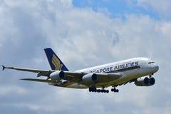 Aterrissagem enorme super de Singapore Airlines Airbus A380 no aeroporto internacional de Auckland Fotografia de Stock Royalty Free